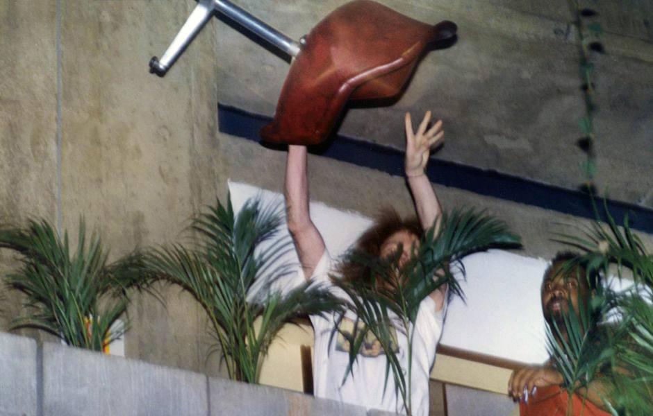 axl-rose-joga-cadeira-em-jornalistas-rock-na-veia